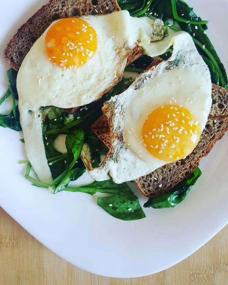 Jajko na toście  Dziś propozycja dla fanów jajek. Ja do nich zdecydowanie należę!  Zapraszam Cię na jajko sadzone, koniecznie z płynnym żółtkiem, rozpływającym się na chlebie…
