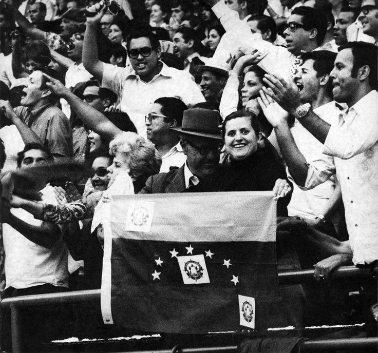 Fanaticos de Los Navegantes del Magallanes durante la serie del Caribe de 1970 ganada por este equipo.