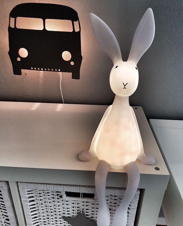 Joseph er en utrolig søt kaninlampe til barneværelset fra franske Rose in April. Kaninen vil sitte flott på en hylle, et bord eller en stol og vil være en god kamerat for barn som vil ha litt lys på rommet når de skal sove. Hodet kan dreies i ulike posisjoner og den har et behagelig varmhvitt lys.