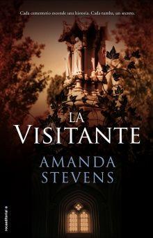 La visitante / Amanda Stevens. Cada cementerio esconde una historia. Cada tumba, un secreto. Llega el cuarto volumen de la aclamada serie La Reina del cementerio.