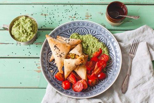 Samosa's met kokoschutney! De samosa's van Marley Spoon zijn geinspireerd op de Indiase keuken en worden gevuld met aardappel, gember, erwten, ui en currypoeder.
