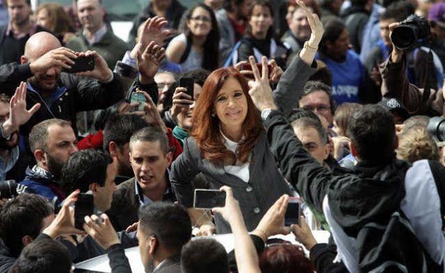 """CRISTINA VOLVIO A LA POLITICA HABLO FRENTE A UNA MULTITUD Y SE QUEDA EN BUENOS AIRES   """"Estoy muy tranquila. No pueden hacerme callar y no decir lo que pienso"""" En un discurso que llamó a la unidad de los argentinos la ex mandataria le reclamó al Parlamento por la pérdida de los derechos adquiridos durante su mandato. Así CFK volvió a la política activa. Dijo hablarle al """"49 y al 51 por ciento"""" y remarcó que no hay que cuestionar al votante de Macri. Ahora Cristina se quedará en la ciudad de…"""