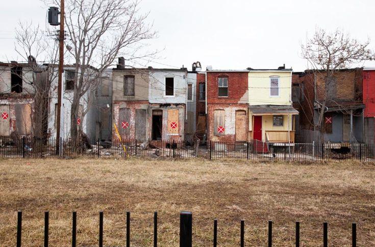 © Ben Marcin, Last House Standing Una fila completa di case a Baltimora. Le abitazioni segnate con la X sono quelle che verranno abbattute.