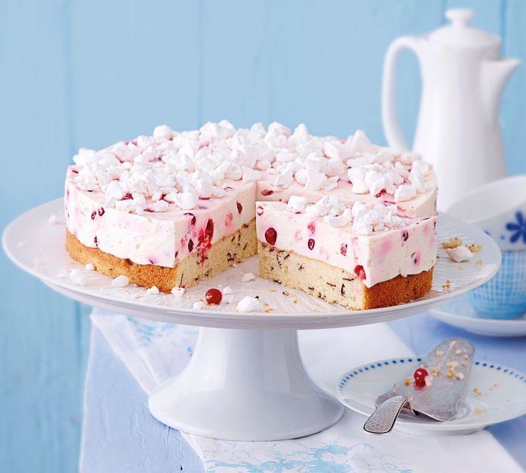 Bestreut mit Baiser-Stückchen – so fluffig und süß wie zarte Schäfchenwolken! http://www.fuersie.de/kochen/backrezepte/artikel/rezept-joghurt-johannisbeer-torte