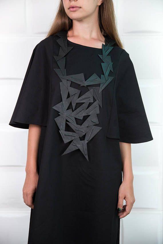 Extravagante en interessante faux leder ketting. Een grote ketting het perfecte accessoire voor een jurk of een maxi tuniek. Mooie handgemaakte halsketting in black... een perfecte gift < 3 Deze mode ketting is gemaakt van hoge kwaliteit faux leder. De jurk is hier te vinden: https://www.etsy.com/listing/530509838/black-asymmetric-dressplus-size-loose?ref=shop_home_feat_1 +++++++++++++++++++++++++++++++++++ VERZENDKOSTEN: Elke bestelling wordt verzonden via...