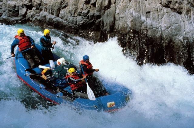 El canotaje es una técnica de navegación originaria de los esquimales. Es un deporte de aventura en una balsa inflables o rafts que es impulsada a remo y timoneados desde la popa,lleva a sus tripulantes a través de las turbulentas aguas de los ríos.
