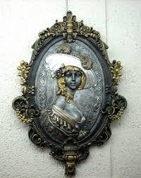 camafeo: figura tallada en relieve en ónice u otra piedra dura y preciosa