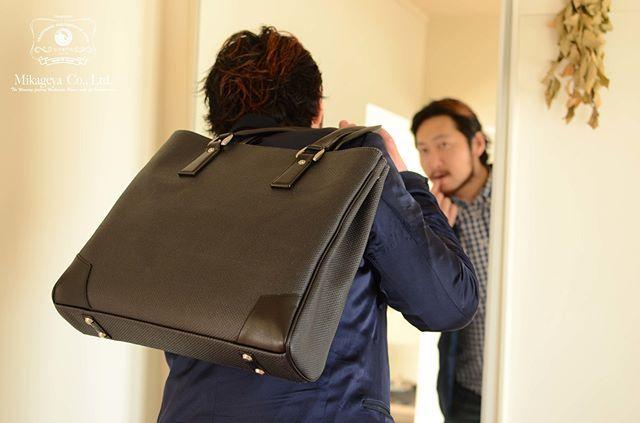「毎日使うものだから。」スタイリッシュで機能性にこだわったビジネスバッグ。マチを細くする事で荷物が遊ばずキチンと収納でき、開口部は広いので中身が取り出しやすい設計。内ポケットには長財布・スマートフォンなど収納力にも自信! 表面にはコーティング加工を施しており、松右衛門帆の風合いを残しつつ、未加工生地に比べ雨や汚れ、擦れに強く使いやすさ抜群です。革・染色・織り・縫製すべて国内の伝統技術を集結した逸品。#松右衛門帆#日本製#メンズバッグ#鞄#帆布バッグ#帆布#キャンバスバッグ#baglover#ビジネスバッグ#madeinjapan#逸品