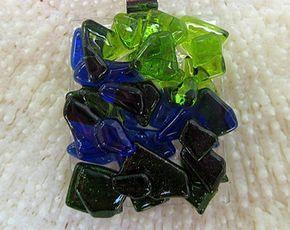 Este colgante de cristal de arte azul hermoso triángulo es fundido de piezas de vidrio transparente y dicroico azul y clara frita en base