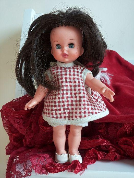 Lucia Minifurga con vestitino originale piede de poule bianco e rosso