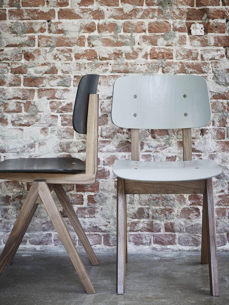 s16 stoel hout. Een compleet nieuw design wat is gebaseerd op de stalen schoolstoel uit de jaren 60. Constructief zijn alle elementen overgenomen, strakke lijnen en de karakteristieke passervormige poten. Voor onze gerenommeerde stoelenmaker absoluut een uitdaging maar het resultaat mag er zijn. Het ontwerp is ogenschijnlijk eenvoudig maar het geoefend oog zal een tal van fraaie en kenmerkende elementen ontdekken.