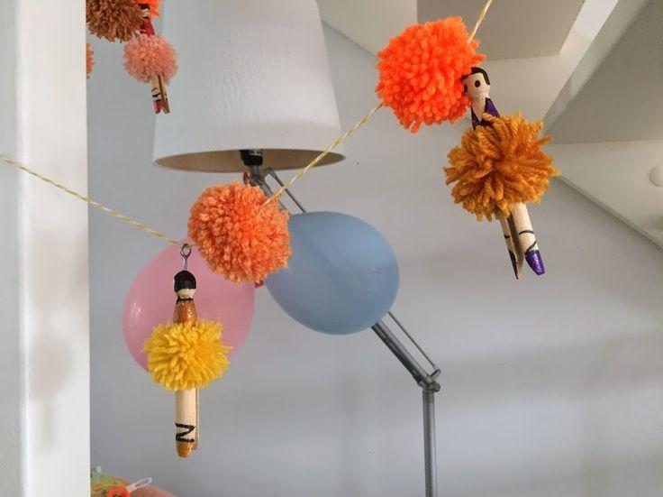 Pom pom slinger van grote houten wasknijpers als danseres beschilderd met acrylverf en glitter nagellak  action