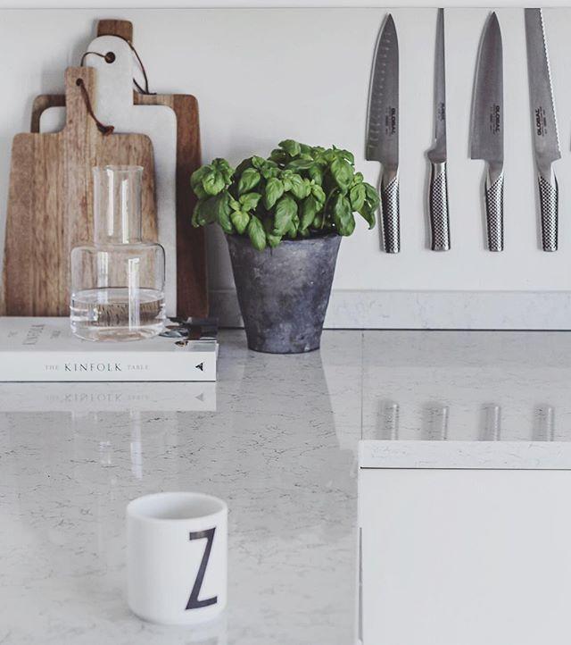 God morgon vänner! ☕️ Kaffet står redo, frukost på altanen medan övriga familjen kör morgonträning i trädgården :) Nu väntar några dagars semester på Gotland! ❥ #stenskiva #houseofdesignsweden #kvarts #noblecarrara #global #kitchen #ponny #skruf #bybinett #kök #kitchendesign #köksinspiration