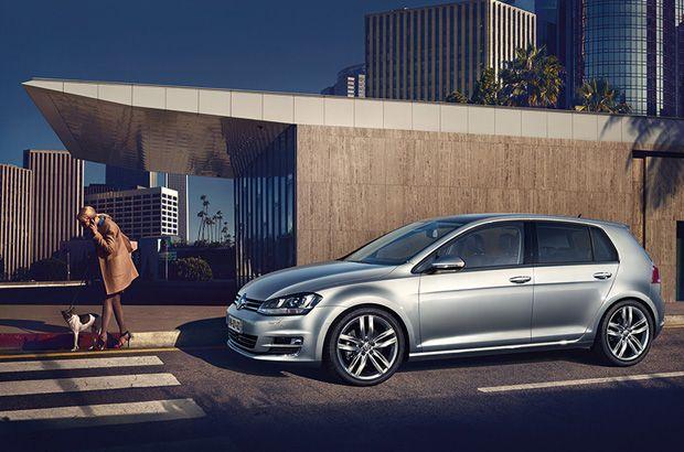 Volkswagen Golf 7 couleur gris métal dans une rue #Volkswagen #golf #citadine #voiture