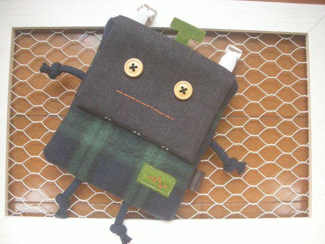 ★ハンドメイド品、ハンカチ入れ/移動ポケットです。 ポケットの無いお洋服などに安全ピンとバンドクリップで付けるタイプのハンカチ入れです。 小さいお子様でも簡単に開け閉め出来ます。 すぐご使用なれますように安全ピンをお付けいたします。 裏側は、お手持ちのバ...