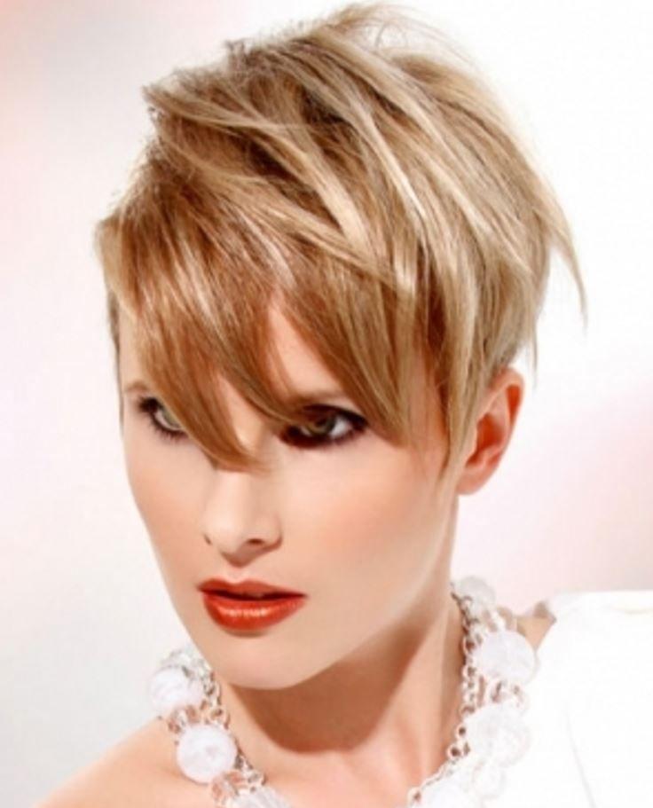 İnce Yüzlü Kadınlara Göre Asimetrik Pixie Saç Kesimleri