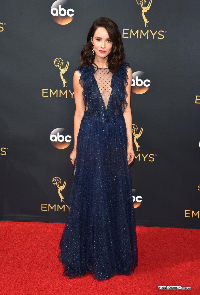 Роскошный вечерний образ на церемонии «Эмми-2016» продемонстрировала Эбигейл Спенсер. Американская актриса выбрала вечернее платье Jenny Packham темно-синего цвета.