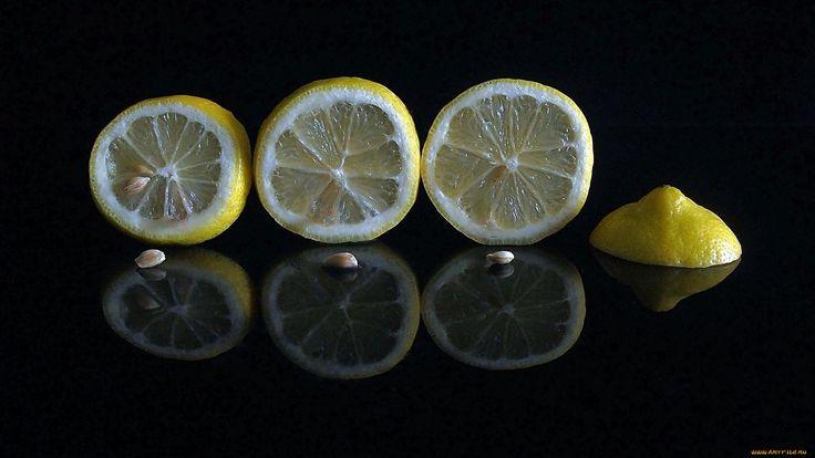 Limones cortados sobre fondo brillante negro.