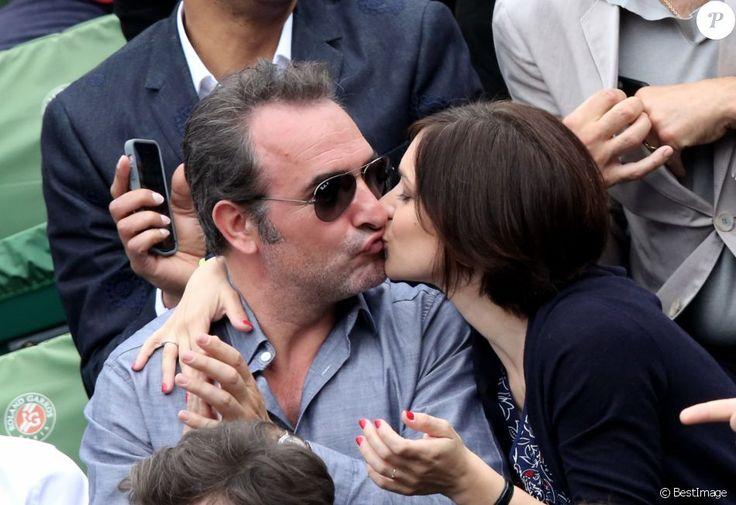 Jean Dujardin et sa compagne Nathalie Péchalat dans les tribunes de la finale homme des internationaux de France de Roland Garros à Paris le 5 juin 2016.