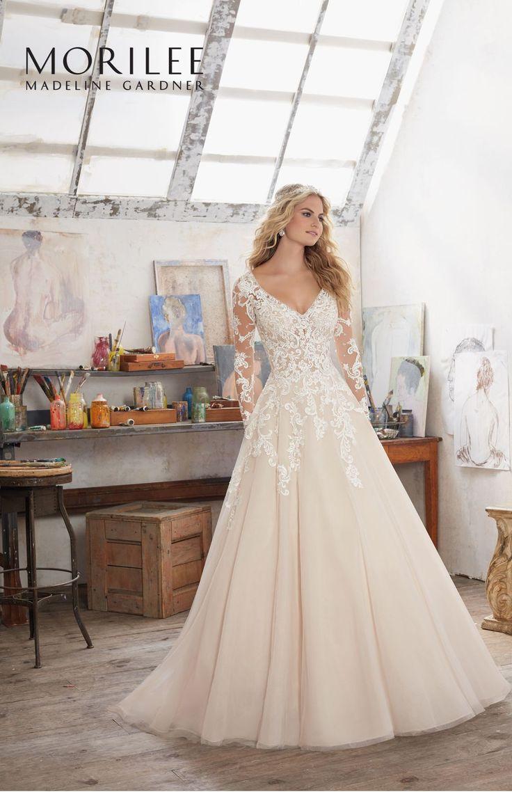 Elegancka suknia z koronkowym gorsetem, długi rękaw i spódnica linii A sukni ślubnej Mori Lee. Niezwykle elegancka, zapierająca dech w …