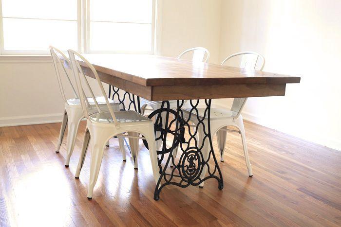 Nogi stolika maszyny do szycia wykorzystane jako nogi stołu. Połączenie stylu retro z nowoczesnym minimalizmem.