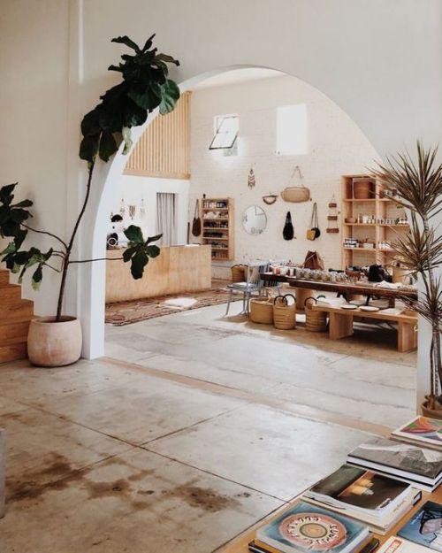 Halbkreisfenster und bogenförmige Zimmerdurchgänge vereinen das Klassische und Moderne
