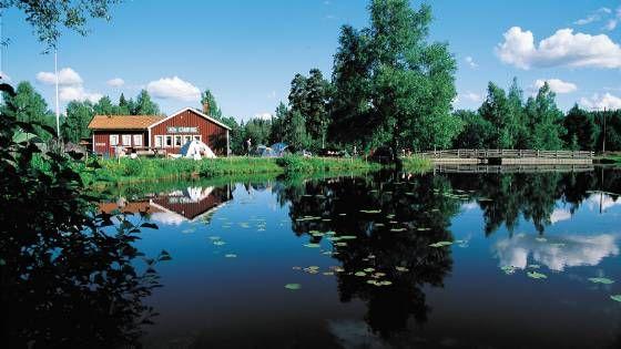 Der Campingplatz Glaskogen liegt mitten im Naturschutzgebiet Glaskogen, genau zwischen den beiden Seen Stora- und Övre Gla, im Dorf Lenungshammar. Lenungshammar ist ein kleines friedvolles Dorf mit circa 15 Einwohnern. Wenn Sie Natur- und Angelliebhaber sind, dann ist Glaskogens Camping der ideale O