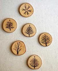 bomen gegraveerd op houtplakjes