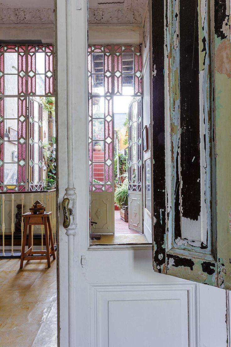 Antigua casona rústica reciclada como residencia de artistas. Puertas antiguas de madera patinadas mostrando las pinturas antiguas y grandes ventanales de vidrio repartido al patio.