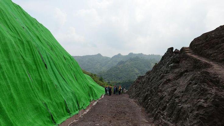 """DISCOVERY.  Suur dinosaurus fossiil saidi avastati linna Chongqing Hiina edelaosa, kohalikud paleontoloogid.  Linnavalitsus ütles kolmapäev 28 juuni pressikonverentsil, et kuna eelmise aasta oktoobris, kuupäeva või saidi avastas kohalik talunik rohkem kui 5000 fossiile on välja kaevatud """"seina (fossiilsete) """"150 meetrit pikk ja 8m kõrge linna Pu'an linnaosa Yunyang"""