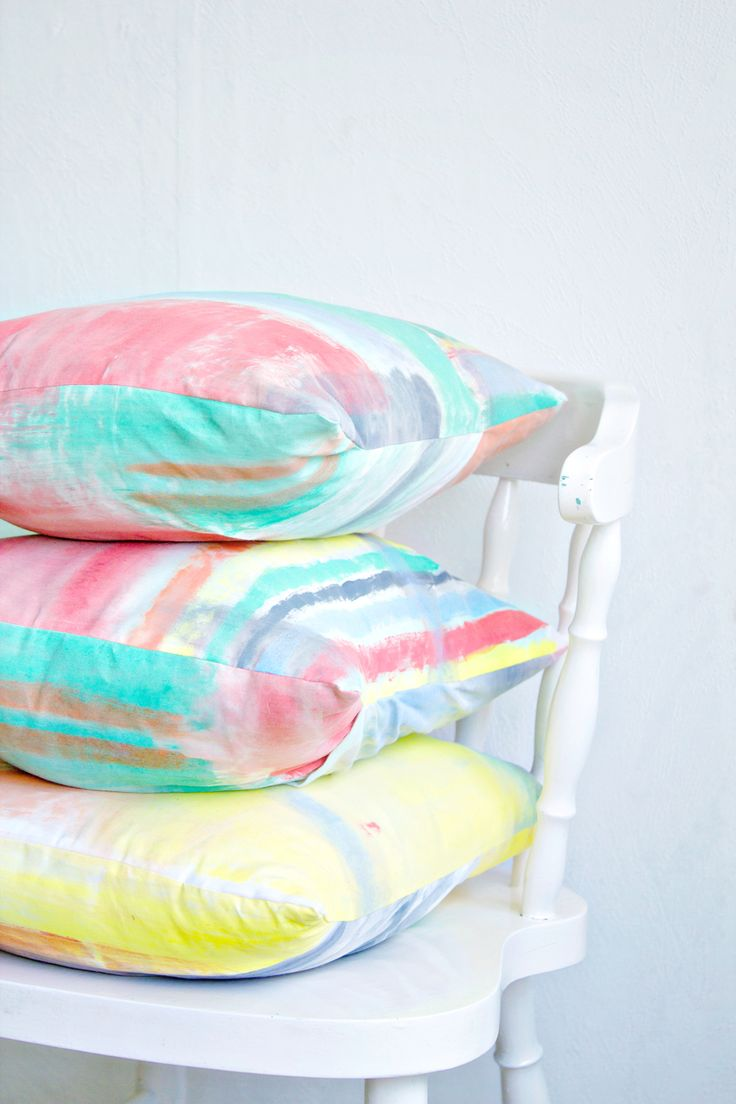 Decorate your own brushstroke print cushions with this very easy kid friendly DIY! Get artsy and use paint on your cushions!