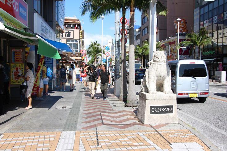 沖縄随一の繁華街・那覇市の国際通り。最新のお土産店や、国際通り路地裏のおしゃれな個性派ショップを紹介!さらに注目スポット「国際通り屋台村」をたっぷり取材しました。