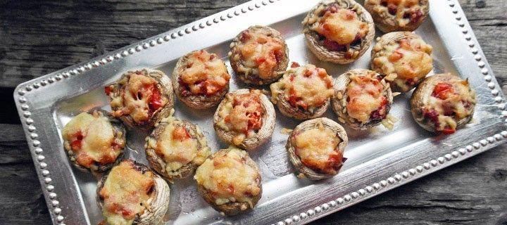 Heerlijk tapas gerecht van champignons gevuld met tomaat, paprika en salami.