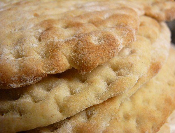 Recept på Tunnbröd Med Kornmjöl. Enkelt och gott. Kornmjölet gör brödet en aning kort, så det är inte lika elastiskt som exempelvis hönökaka. Brödet kan verkligen rekommenderas att baka till jul då det gör sig väldigt bra ihop med smör och en god ost. Dessutom kan man baka det i förväg, eftersom det går utmärkt att frysa. Får det bara tina ordentligt så är det precis lika gott som nybakat!