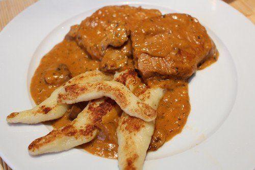 Bakonyi sertésszelet - nagyon másképpen     Sok hazai konyhában készítenek a háziasszonyok Bakonyi sertésszeletet nokedlivel - ami nekem is az egyik kedvencem, de szerettem volna eltérni a hagyományos recepttől, és valami újjal kísérletezni. Nos ez született belőle...  ...
