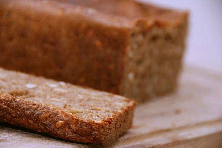 Kan man bage et rugbrød uden surdej? Det kan man sagtens, og jeg har bagt det med en god sjat Brown Ale fra Svaneke Bryghus og skårne rugkerner. Rugbrød uden surdej? Mange holder sig fra at bage ru…