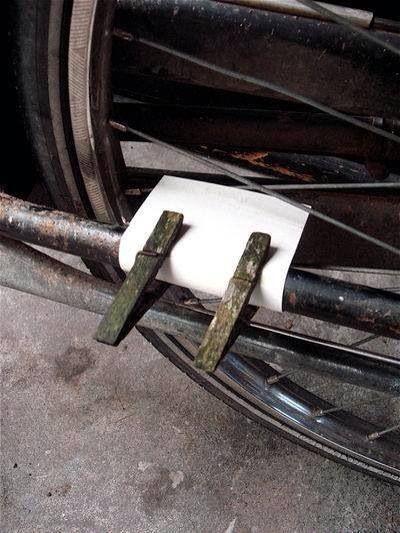 Fietsen met een kartonnetje en wasknijper aan mijn wiel. Je kon precies horen waar ik fietste