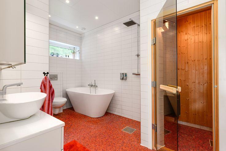 stiligt badrum med bastu