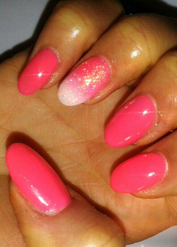 Unghie a mandorla rosa neon con sfumatura bianca e glitter.. Benvenuta estate!