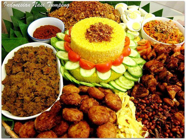 Indonesian food: Nasi tumpeng, yummy!!