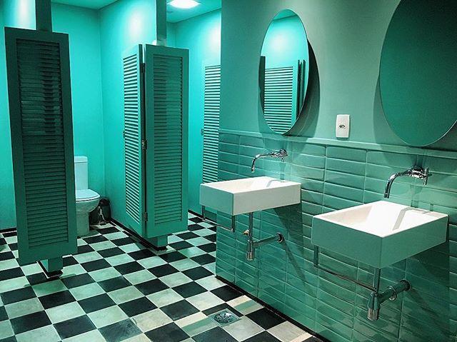 Imersão em azul Tiffany  Banheiro dA Maison - Consulado Francês {@francanorio} ✨ Piso em preto e branco, azulejos chanfrados em azul, e cubas retangulares, na mesma largura dos espelhos ovais. Irreverente e muito charmoso  Projeto da Julia Abreu {@peckson_arq} . ➡️ www.amearquitetura.com #amearquitetura #amearquiteturanorio #olioli #oliolinorio #olioliteam #aMaisonRJ #arquitetura #design #decor #decoração #azultiffany #tiffany