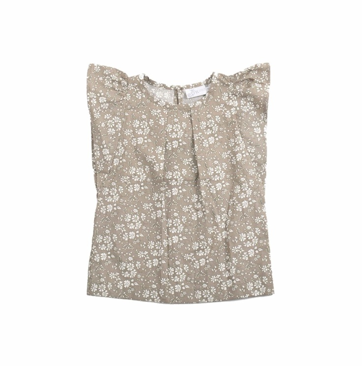 Blusa estampada de flores en colores blanco y verde olivo para niña. Con botón detrás del cuello y mangas con vuelos.
