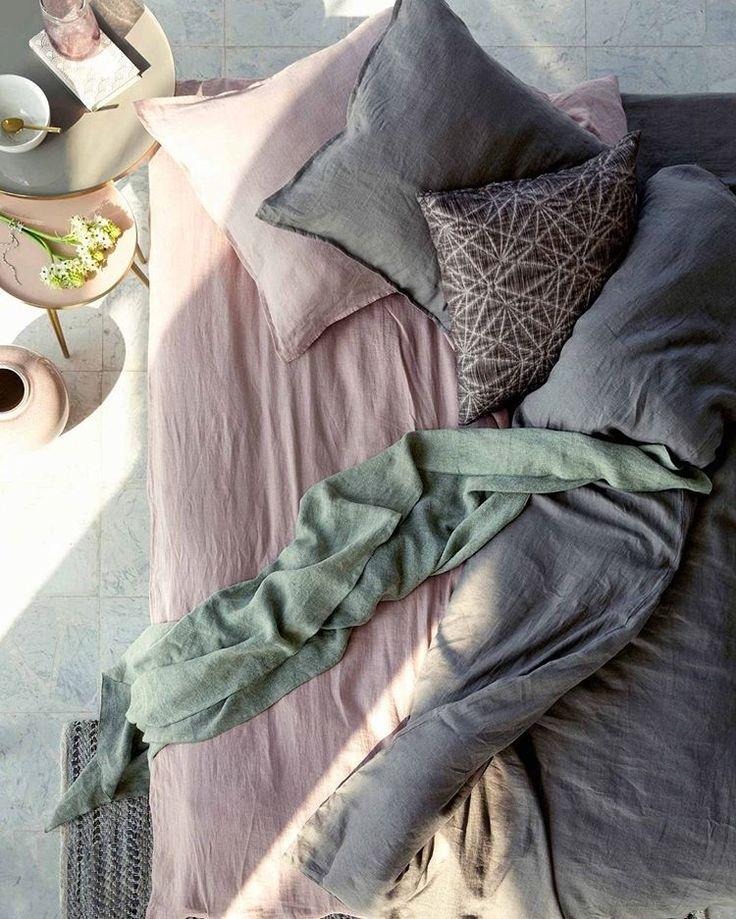 BUITENWOONIDEE • leg op een warme dag een matras in de schaduw. Met een hoop kussens en koele lakens creëer je een heerlijke plek voor een middagdutje. Laat die zon maar komen!