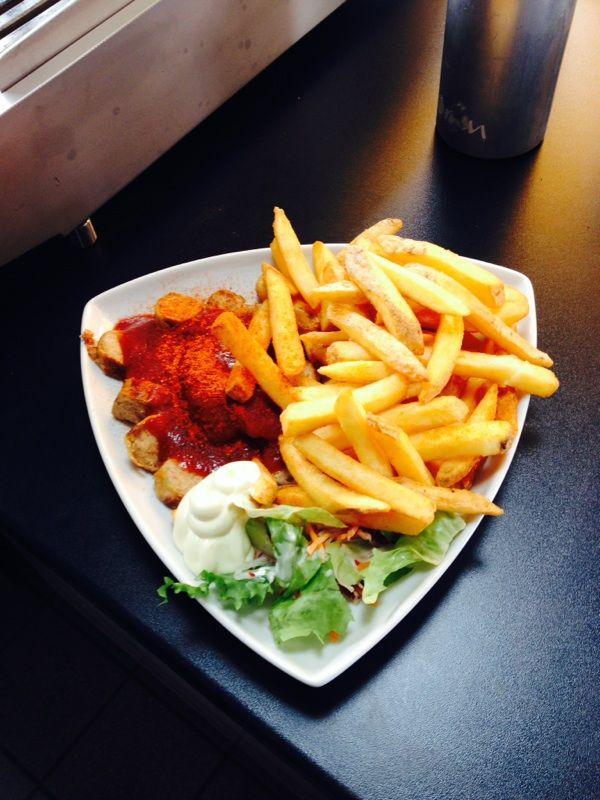 Unsere Currywurst lecker mit Salat!