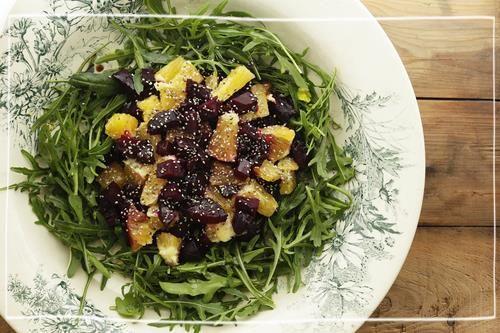 Salada de beterraba assada, tângera, romã e rúcula