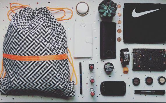 drawstring bags 100% cotone con stampa geometrica bianco e nero con nastro arancione fluorescente come i cordonci. Dimensioni: 32X41 cm. Euro 26,11 #regalo #present #drawstringbags #black&white #easy #etsyshop #handmade #diy #confortable #orangionefluo #hounpiano