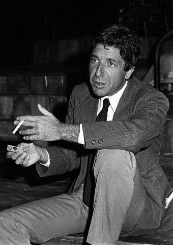 """Leonard Norman Cohen (* 21.září 1934 Montréal) je kanadský hudebník, básník, romanopisec a kreslíř židovského původu. Již během univerzitních studií vydal vroce 1956 svoji první sbírku básní. Vedle poezie mu během šedesátých let 20.století vyšly také dva romány. První byl kritikou přijat dobře, druhý však kvůli jeho obsahu zaměřenému na sexuální témata kritika příliš dobře nevnímala.""""Nádherní poražení"""""""