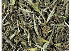 """BIO PAI MU TAN  Pai Mu Tan gilt als der bekannteste """"Weiße Tee"""", der hierzulande immer mehr Freunde findet. Eine Teepflanze namens Chaicha oder Narcissus lässt diesen Tee in der Provinz Fujian wachsen und ist auch als """"White Peony"""", also """"Weiße Pfingstrose"""" bekannt. Nach Pflückung wird der Tee ohne technische Mittel in der Sonne oder in geschlossenen Räumen getrocknet."""