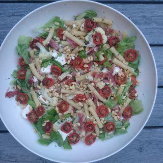 Pastasalat med spekeskinke og semitørkede tomater
