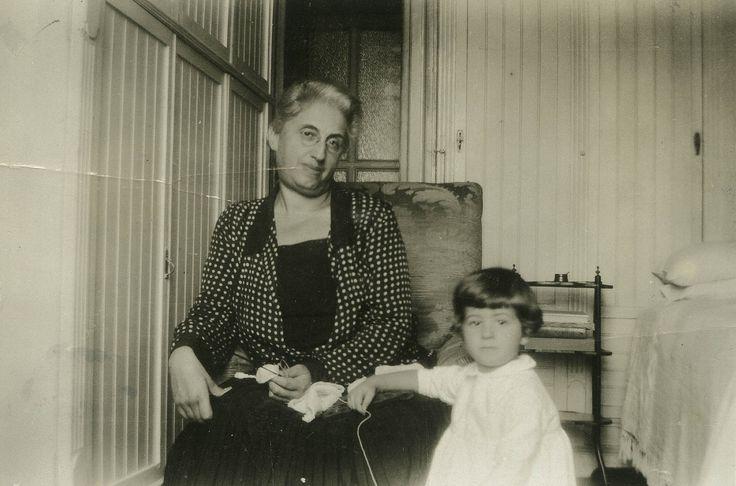 Si alzò e andò a prendere una cornice. Nonna e nipote nel 1930. La piccola Giulia indossa una vesticciola bianca col colletto di batista e appoggia la manina in grembo alla nonna. La grande Giulia ha i capelli brizzolati e porta un nastro nero al collo, secondo la moda dell'epoca, una giacca a quadretti bianca e grigia con il bavero di velluto nero. Esibiva già una discreta stazza, dovevo ammetterlo. Per guardare l'obiettivo ha lasciato il lavoro all'uncinetto, e ora quasi sorride.